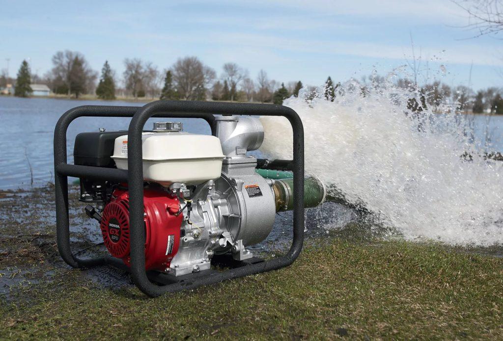Откачка воды мотопомпой